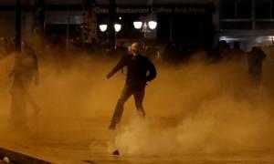 Ένταση και πάλι στο κέντρο της Αθήνας - Άγνωστοι έκαψαν αυτοκίνητο