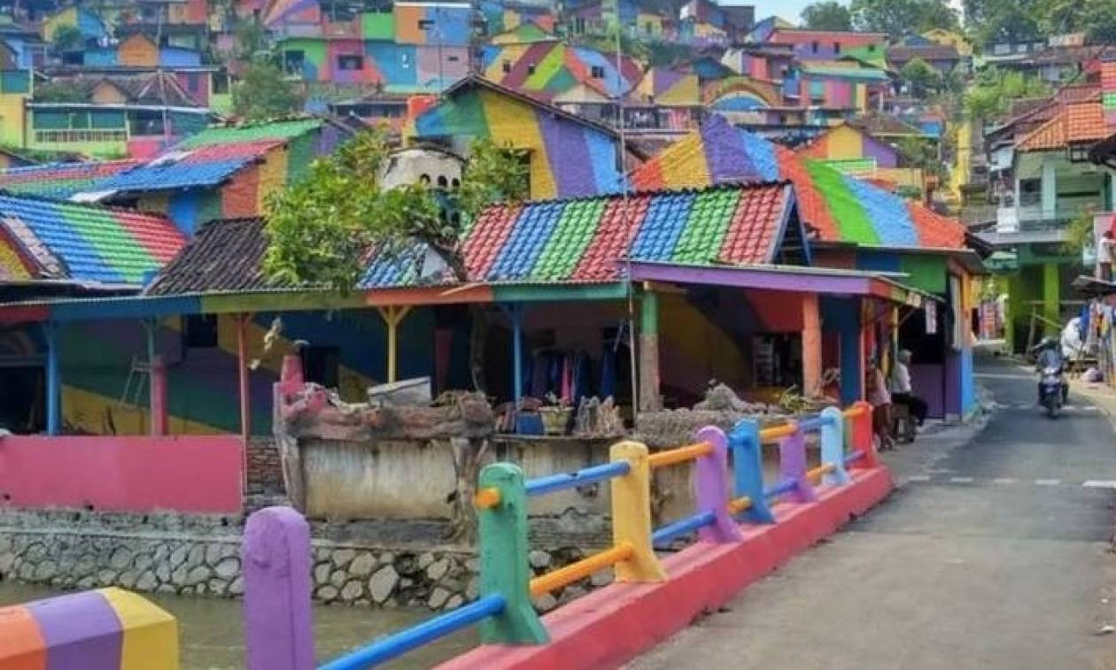 Γιατί συρρέουν χιλιάδες επισκέπτες σε αυτό το πολύχρωμο χωρίο της Ινδονησίας