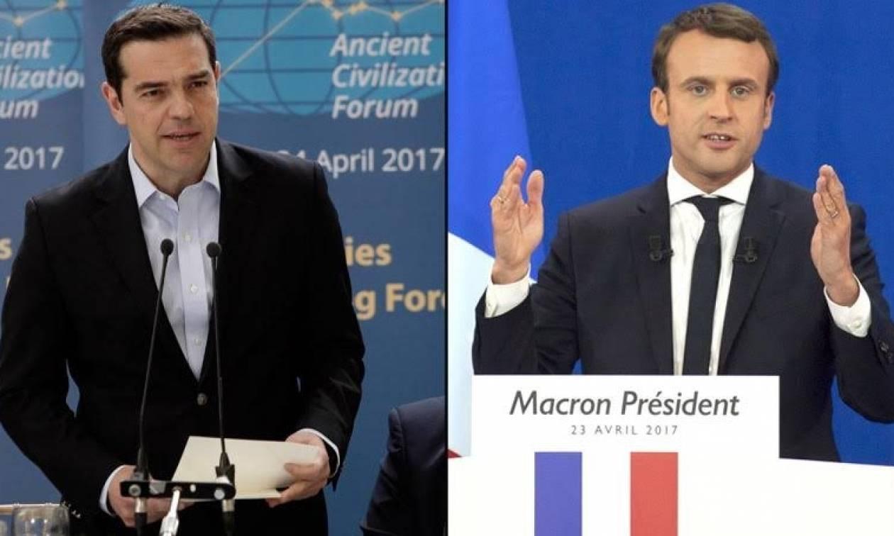 Τηλεφωνική στήριξη Μακρόν σε Τσίπρα: Συμφωνώ με την ελάφρυνση του ελληνικού χρέους