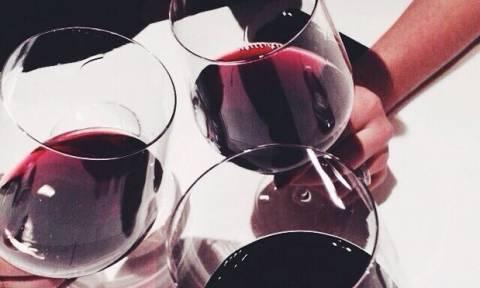 Λεκές από κόκκινο κρασί στα ρούχα σου; Απαλλάξου με αυτούς τους δύο εύκολους τρόπους