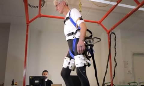 Πώς ένας φορετός ρομποτικός εξωσκελετός βοηθά τους ηλικιωμένους να μην πέφτουν!