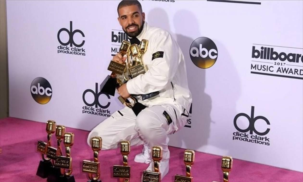 Βραβεία Billboard: Τα πήρε όλα και... έφυγε ο Drake! (vids)