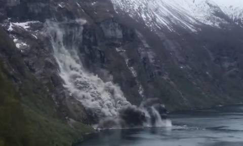 Απίστευτη κατολίσθηση... Το μισό βουνό καταλήγει στη θάλασσα (video)