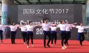 Καμαρώστε τα περήφανα Ελληνόπουλα που χόρεψαν συρτάκι στην Κίνα! (video)