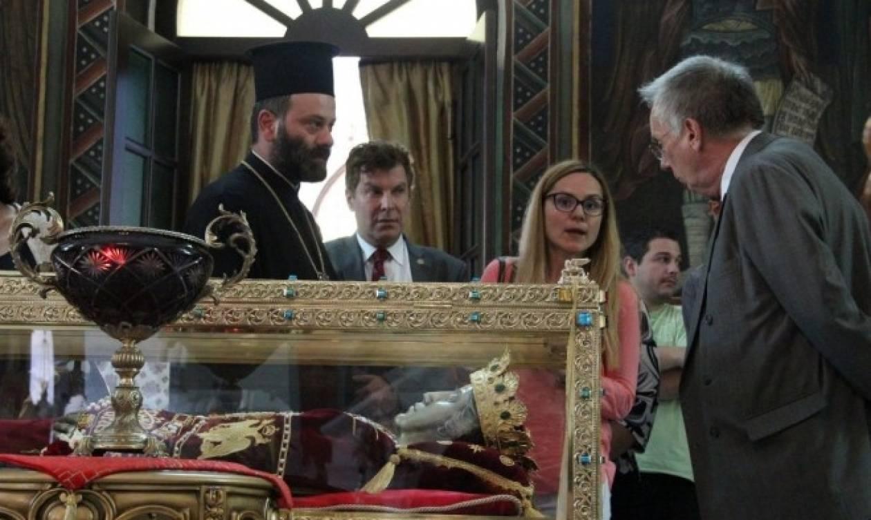 Ο πρέσβης της Αυστραλίας στην Αθήνα, προσκύνησε την Αγία Ελένη (vid)