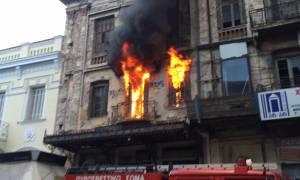 Μεγάλη πυρκαγιά σε σπίτι στο κέντρο της Αθήνας (pics&vid)