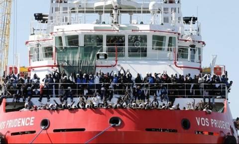 Στη Νάπολη πλοίο των Γιατρών χωρίς σύνορα με 1.444 μετανάστες λόγω G7