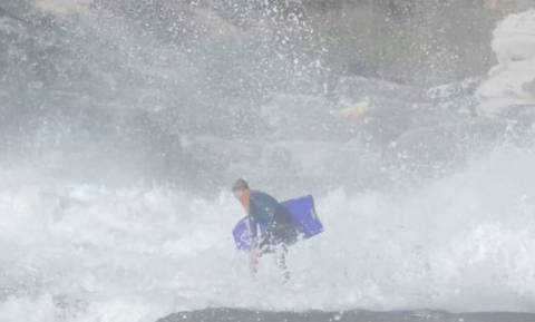 Βίντεο που κόβει την ανάσα: Γιγάντιο κύμα σηκώνει στα ύψη σέρφερ και τον «καταπίνει»