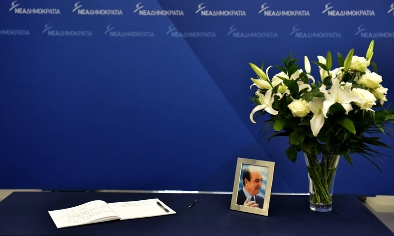 Κηδεία Μητσοτάκη: Ουρές πολιτών για να υπογράψουν στο βιβλίο συλλυπητηρίων
