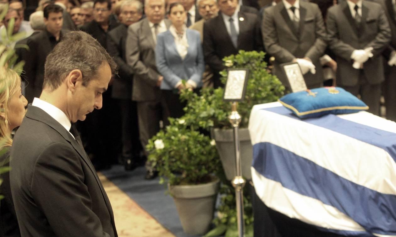 Μητσοτάκης κηδεία: Συντετριμμένος ο Κυριάκος αποχαιρετά τον πατέρα του, Κωνσταντίνο Μητσοτάκη (vid)