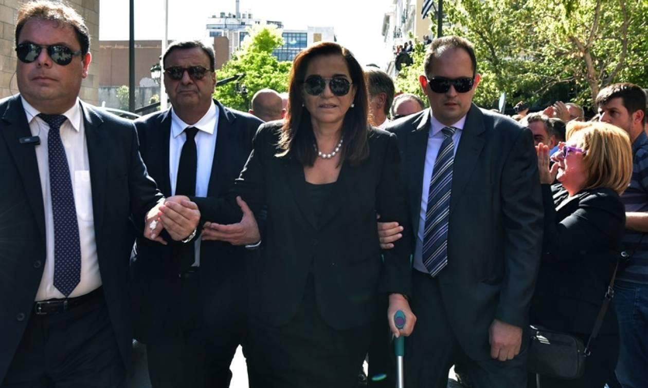 Δραματικές στιγμές για την Ντόρα Μπακογιάνη – Την μετέφεραν με αμαξίδιο (video)