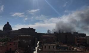 Συναγερμός στη Ρώμη - Μαύροι καπνοί «έπνιξαν» το Βατικανό (pics+vid)