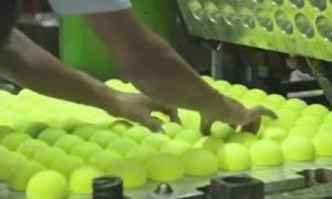 Παίζετε τένις; Θα τα χάσετε μόλις δείτε πώς φτιάχνονται τα μπαλάκια (Video)
