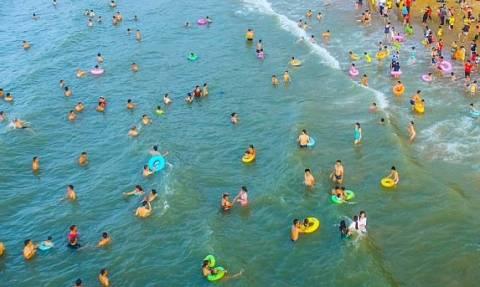 Πώς θα ήταν να κολυμπάτε στην ίδια παραλία μαζί με άλλους 200.000 ανθρώπους; (photos)