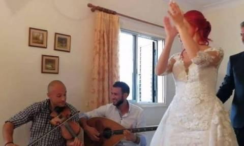 «Άλλαξαν» νύφη με το «Despacito» - Βιολάρης και λαουτάρης έκαναν πλάκα στους καλεσμένους (VID)