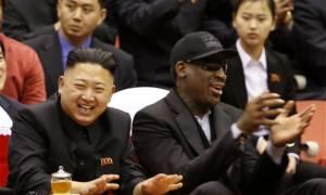 Ο «θρύλος» του NBA Ντένις Ρόντμαν «σπάει» το εμπάργκο και επισκέπτεται τη Βόρεια Κορέα (Vid)