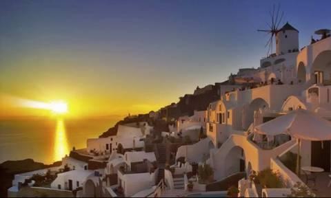 Δείτε γιατί το ηλιοβασίλεμα στην Σαντορίνη «μαγεύει» κάθε επισκέπτη που το αντικρίζει! (vid)