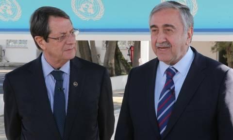 Κυπριακό: Πυρετώδεις διαβουλεύσεις Αναστασιάδη - Ακιντζί για το έγγραφο για την ασφάλεια