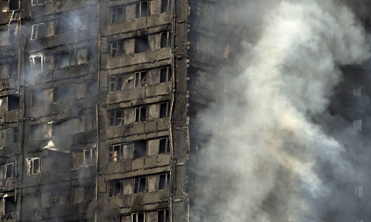 Φωτιά Λονδίνο: Βίντεο-Σοκ: Συντρίμμια πέφτουν πάνω σε πυροσβέστη που επιχειρεί στο φλεγόμενο κτήριο