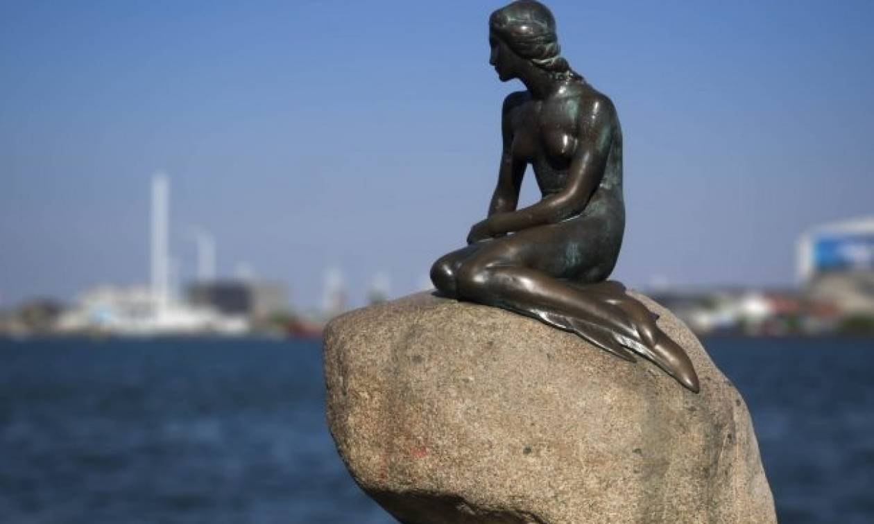 Δανία: Ποιος έβαψε γαλάζια (αυτή τη φορά) τη μικρή Γοργόνα;