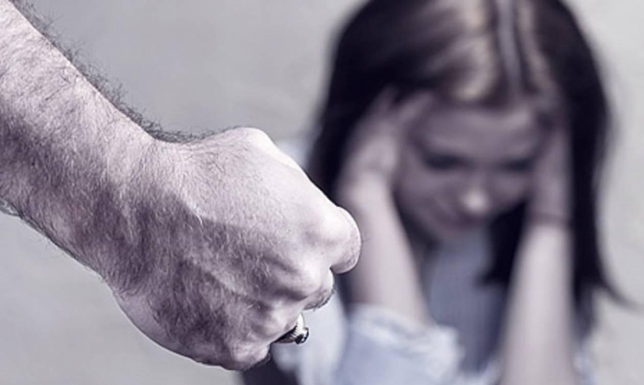 Απίστευτο περιστατικό ενδοοικογενειακής βίας: Ξυλοκόπησε τη γυναίκα και τα παιδιά του δημοσίως