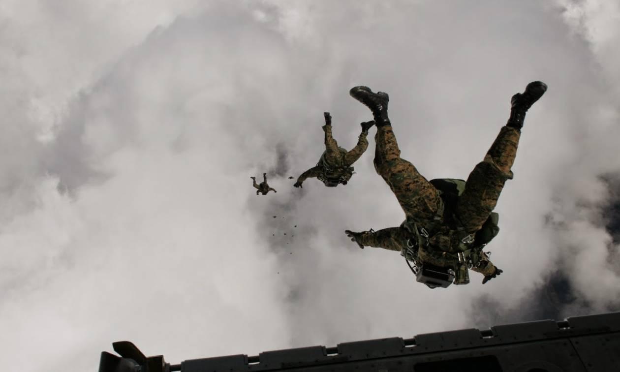 «Μάγεψαν» οι Έλληνες αλεξιπτωτιστές: Ελεύθερη πτώση από τα 10.000 πόδια (pics)