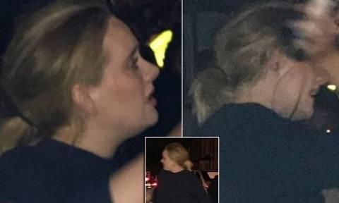 Νύχτα αγωνίας: Ξέσπασε σε δάκρυα η Αντέλ έξω από τον φλεγόμενο πύργο του Grenfell (Pics)