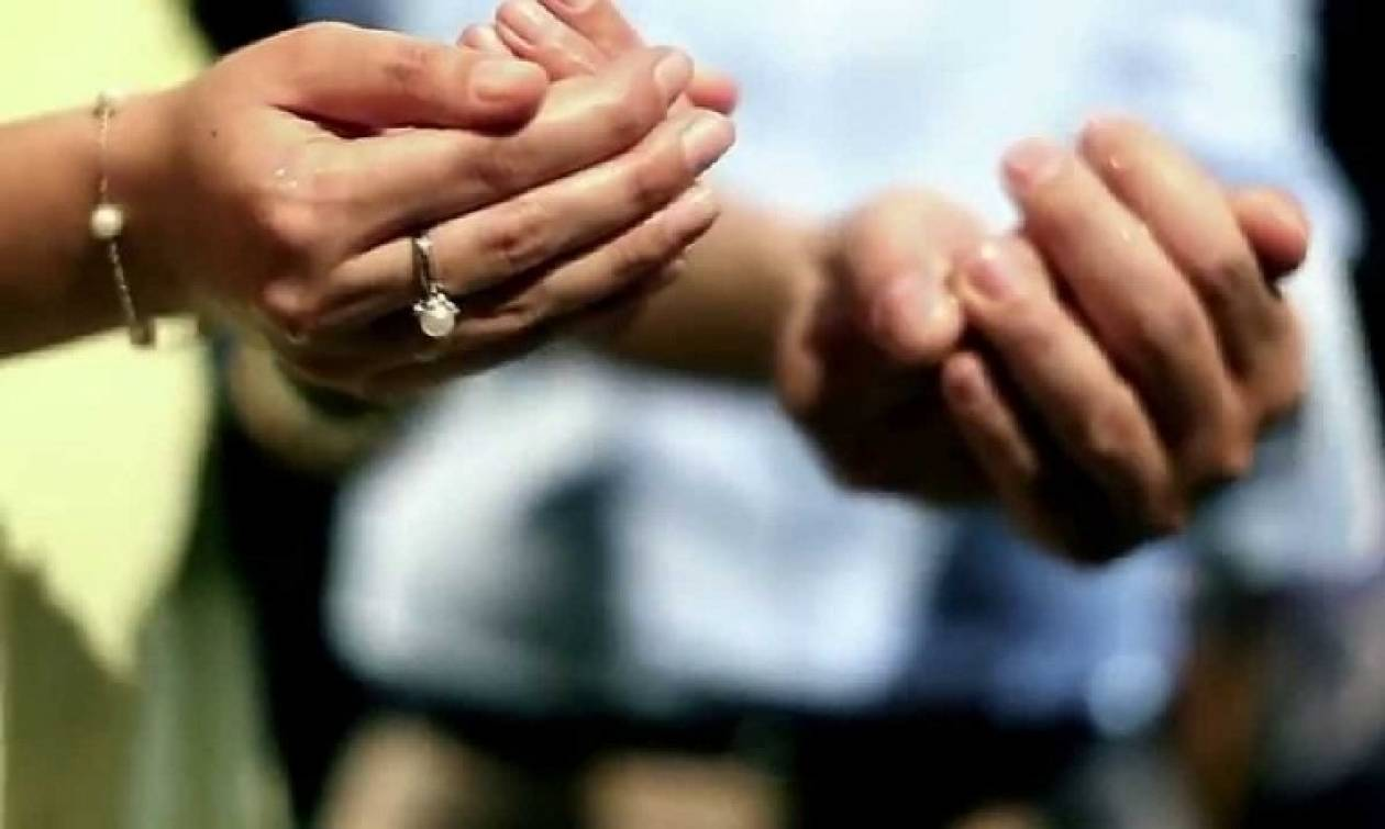 Γνωστός ποδοσφαιριστής βαφτίζει το γιο του με... 13 νονούς!
