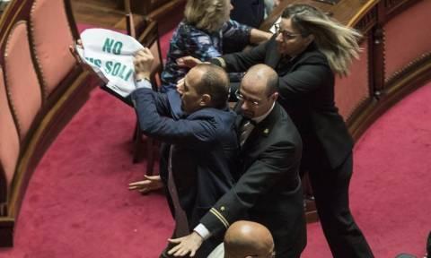 Ιταλία: Σοβαρά επεισόδια μέσα και έξω από τη γερουσία για το μεταναστευτικό (pics+vid)