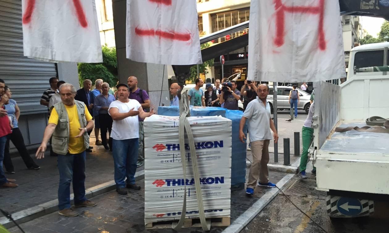 Συνδικαλιστές της ΠΟΕΔΗΝ «χτίζουν» την είσοδο του Υπουργείου Οικονομικών