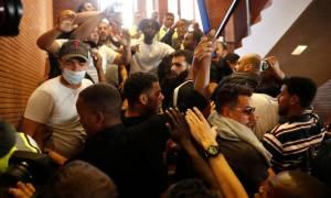 Συμπλοκές στο Λονδίνο: Διαδηλωτές εισέβαλαν σε δημαρχείο (vid)
