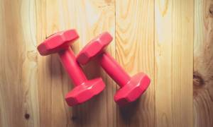 Πέντε απλές ασκήσεις με βαράκια για να γυμνάσετε όλο σας το σώμα