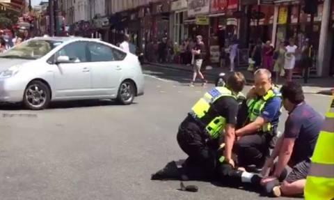 Λονδίνο: Ακινητοποίησαν άνδρα που κρατούσε μαχαίρι και φώναζε «ο Αλλάχ είναι μεγάλος» (vid)
