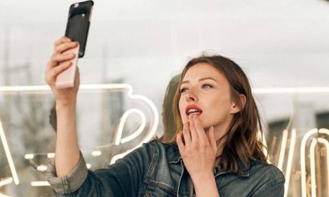Αν είσαι beauty addict, τότε αυτή η θήκη κινητού είναι ό,τι ονειρευόσουν!