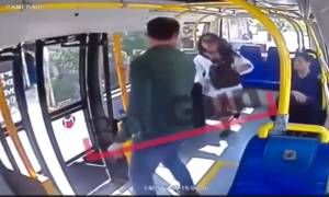 Απίστευτα πράγματα στη Τουρκία: Χτύπησε φοιτήτρια στο λεωφορείο επειδή φορούσε σορτσάκι (video)
