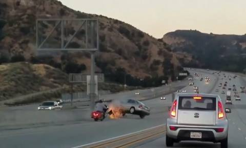 Απίστευτο τροχαίο: Αυτοκίνητο ντεραπάρει μετά από εν κινήσει… κλωτσιά μοτοσικλετιστή! (vid)