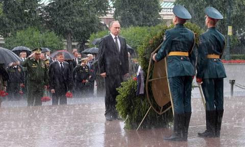 Ρωσία: Ο Πούτιν τίμησε τους νεκρούς του Β' Παγκοσμίου Πολέμου υπό καταρρακτώδη βροχή (vid)