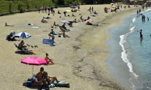 Στιγμές δροσιάς ψάχνουν οι Αθηναίοι - Γέμισαν οι παραλίες της Αττικής (photos)
