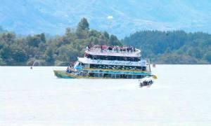 Κολομβία: Βούλιαξε πλοιάριο με 150 τουρίστες - Δείτε σε βίντεο τη στιγμή της βύθισης (vid)