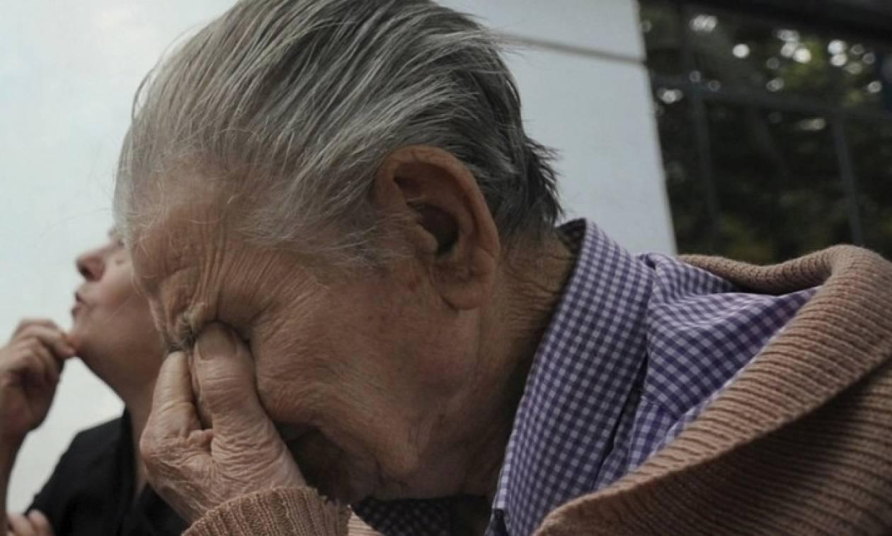 «Κλαίνε» οι συνταξιούχοι για τις... χαμένες τους επικουρικές - Ο Τσίπρας μοιράζει «ψίχουλα»