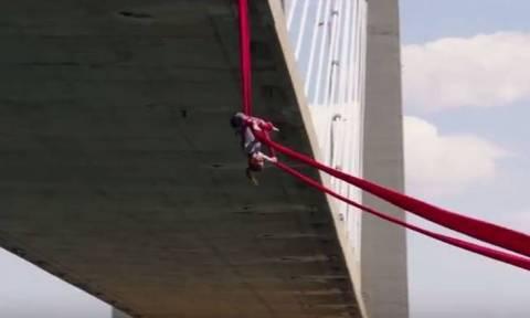 Η Κατερίνα Σολδάτου χορεύει στον αέρα από τη γέφυρα της Χαλκίδας (Vid)