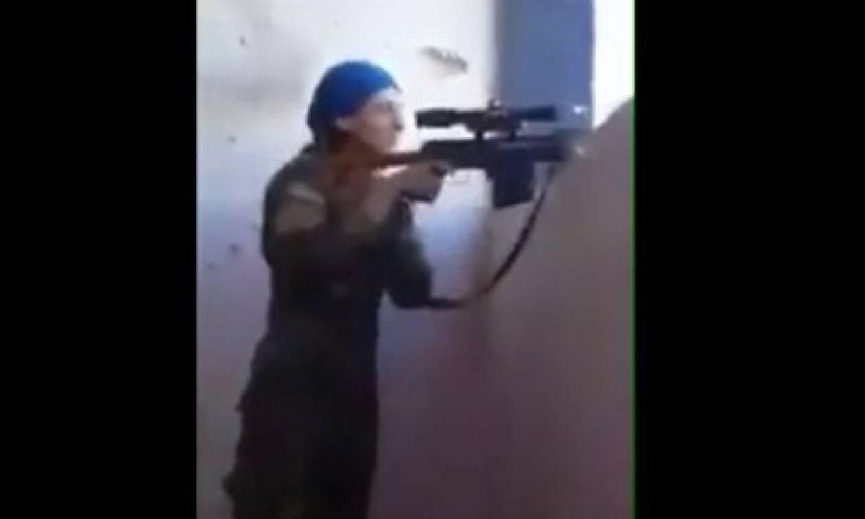 Συγκλονιστικό ντοκουμέντο: Σφαίρα περνά ξυστά από το κεφάλι Κούρδισσας μαχήτριας κι εκείνη γελάει!