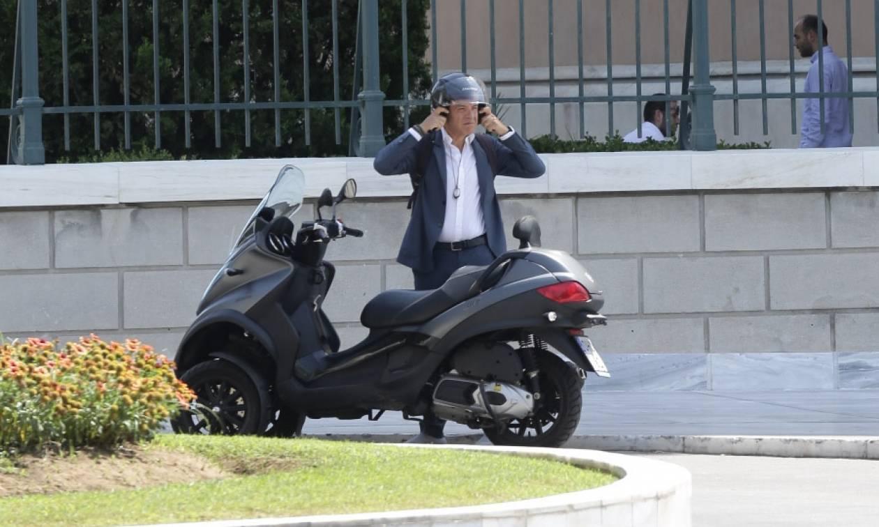 Θεοδωράκης: Επέστρεψε στην βουλή μετα την επέμβαση