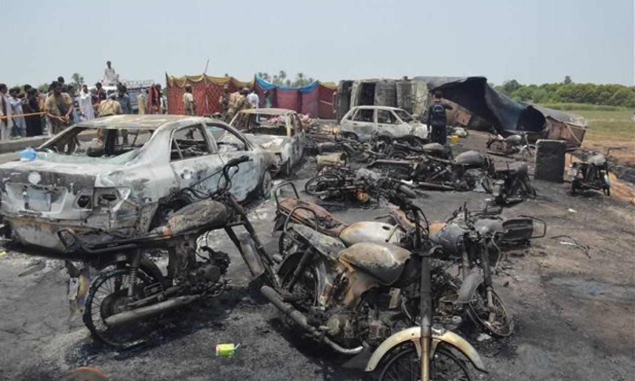 Πακιστάν: Πάνω από 190 άνθρωποι κάηκαν ζωντανοί μετά από ανατροπή βυτιοφόρου