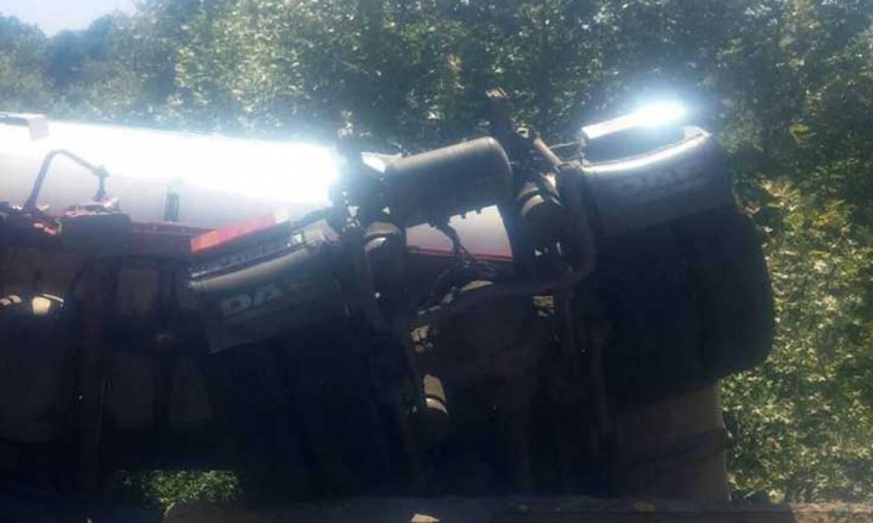 Παραλίγο τραγωδία στη Καλαμπάκα: Βυτιοφόρο «κρεμάστηκε» σε γέφυρα! (pics)