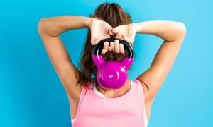 Τρεις ασκήσεις που μπορείς να κάνεις με ένα βαράκι μέσα σε 10 λεπτά!