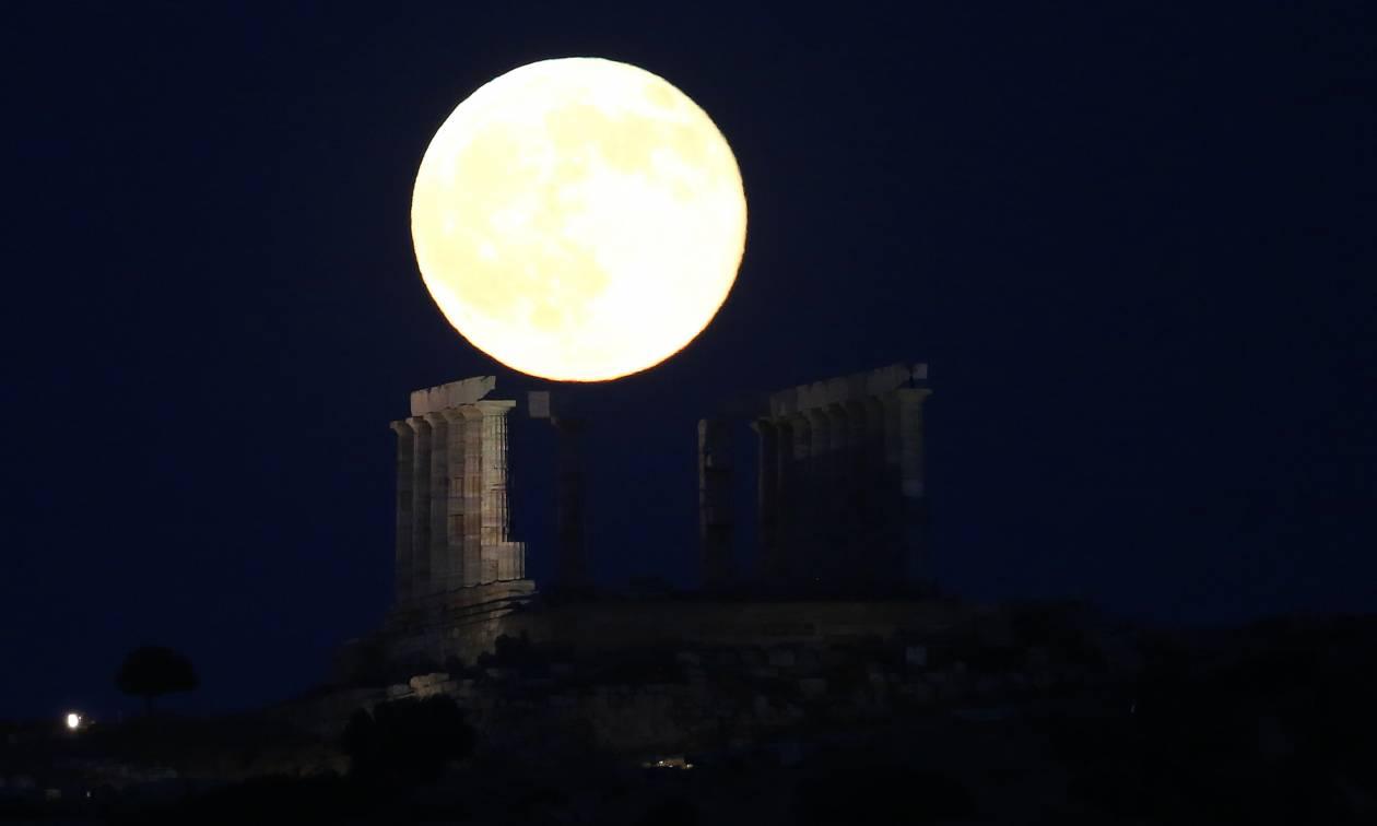 Όταν η Πανσέληνος «λούζει» με το φως της το ναό του Ποσειδώνα