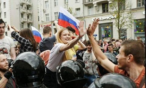 """Россияне не согласны с формулой """"дети должны быть вне политики"""""""