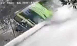 Συγκλονιστικό βίντεο: Πούλμαν γεμάτο τουρίστες πέφτει σε γκρεμό (ΠΡΟΣΟΧΗ! ΣΚΛΗΡΕΣ ΕΙΚΟΝΕΣ)