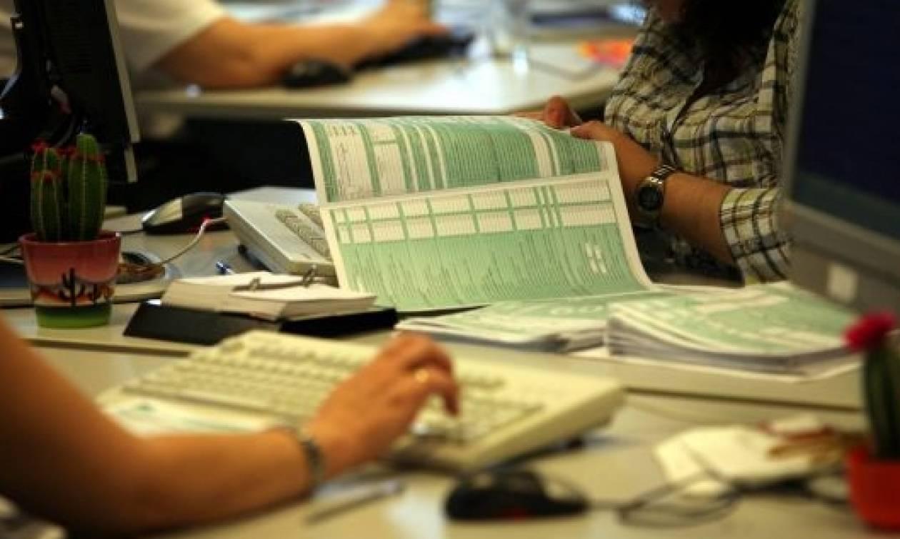 Απολύθηκε εφοριακός που πλαστογραφούσε έγγραφα για να γλυτώνουν εταιρείες ασφαλιστικές εισφορές